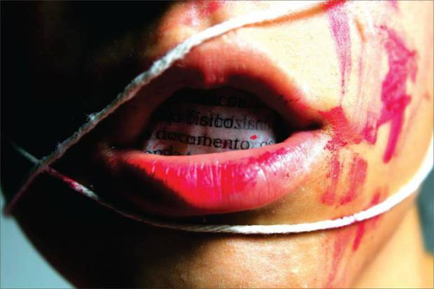Batons hostilizados: violência e marginalização da mulher