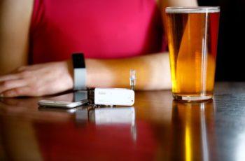 A cerveja, o copo curvo e o aplicativo